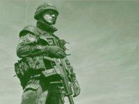 hombre con arma  casco y traje de militar