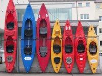 孩子们划着独木舟不同船独木舟