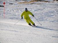 在滑雪胜地的第一步守卫在雪地游乐场-999位置