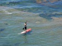 类桨冲浪享受大海的美丽