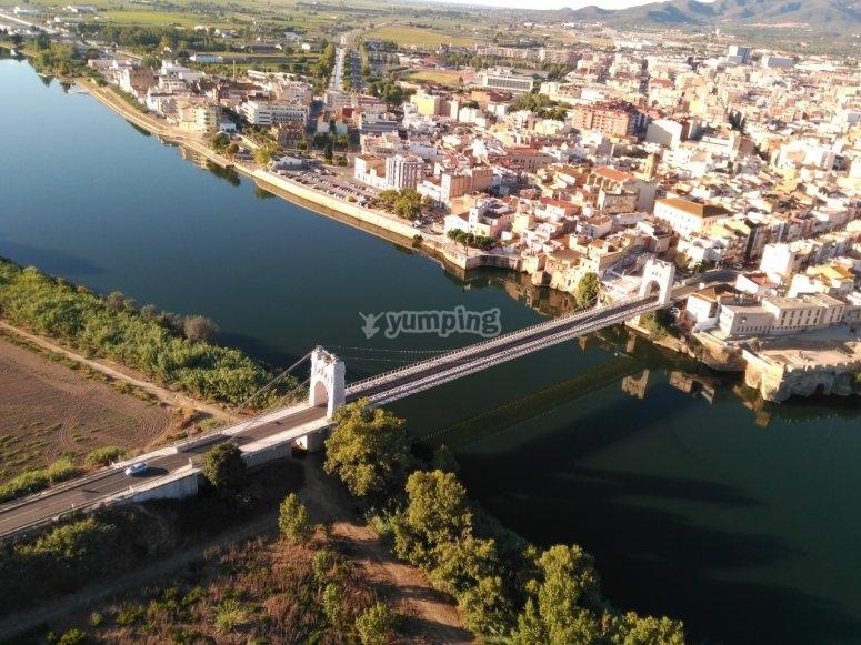 Paramotor sobre el puente de Amposta