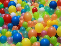Bolas y globos en el parque