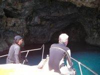 乘船到洞穴潜水