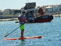 Remando en la tabla de paddle surf