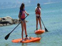 与朋友一起划桨冲浪郊游