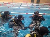 Clases prácticas de buceo en piscina