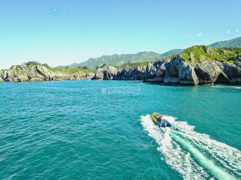 船帆船在侏罗纪海岸的风景