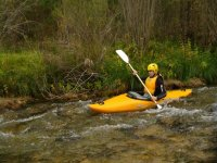 Kayak aggirando le pietre