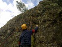 Practicando escalada.