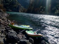 Tablas de stand up paddle en la orilla del embalse