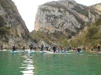 水库中的桨冲浪探险