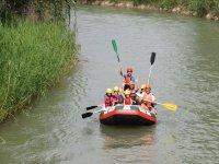 与家人同行的木筏