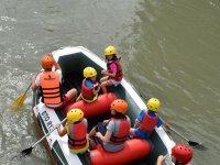 在木筏上划船漂流