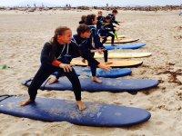 Nuestros jóvenes surfers sobre la tabla