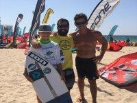 Alumno junto a los profes de surf