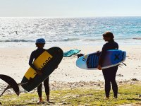 Con las tablas de surf en la orilla