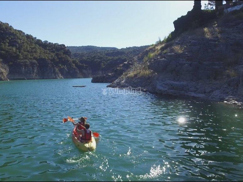 En canoa recorriendo el embalse