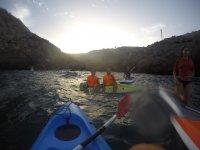 Sentados de lado en el kayak