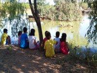 Sentados en el lago