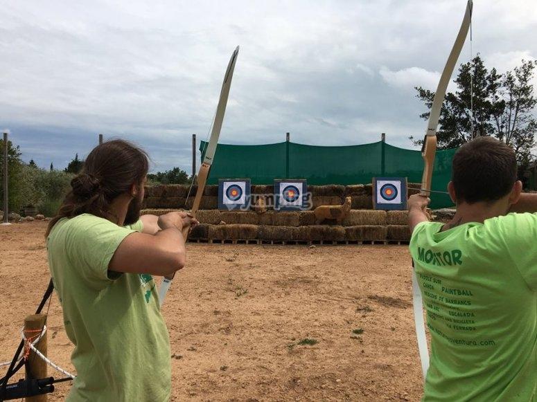 Pareja de arqueros lanzando flechas en Tarragona
