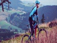 在山地步道之间骑自行车