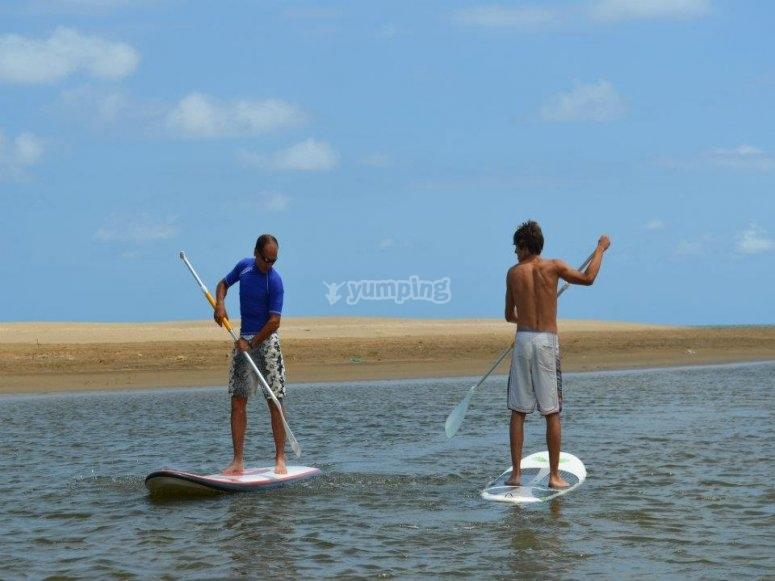 Manejando el remo de paddle surf en Tarragona