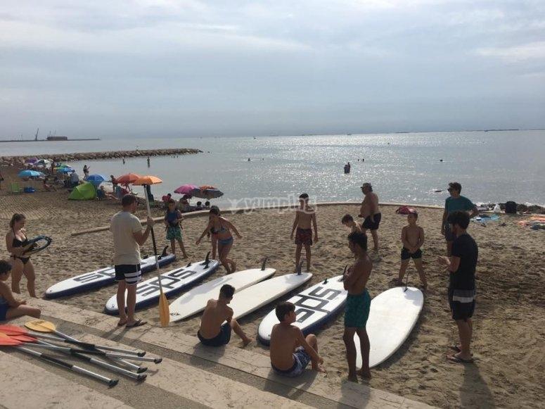 Monitor dando indicaciones de paddle surf en Tarragona