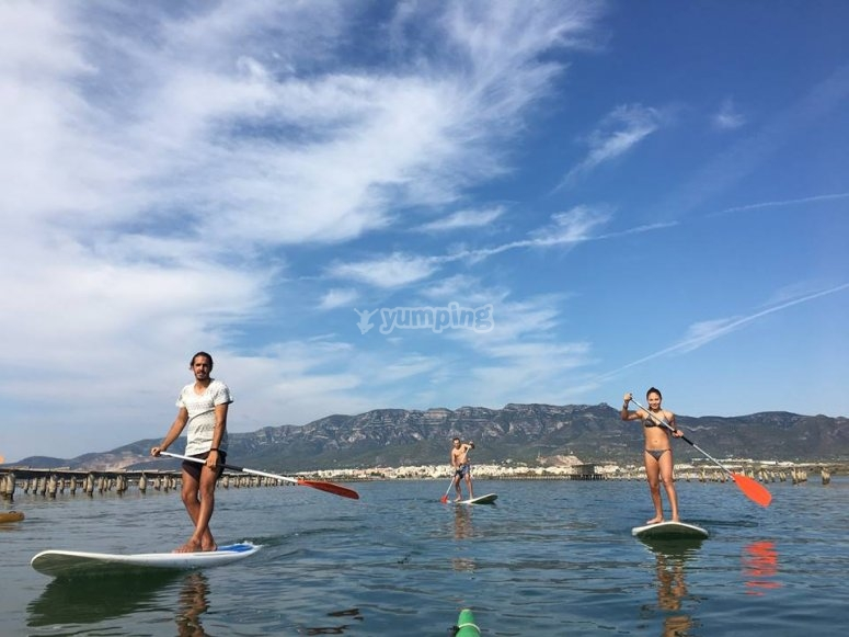 在塔拉戈纳游览桨冲浪
