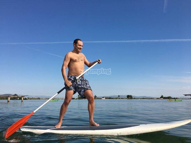 准备在埃布罗三角洲桨冲浪划水冲浪