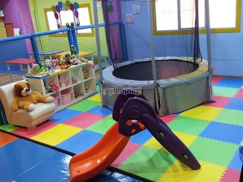 Cama elastica y tobogan