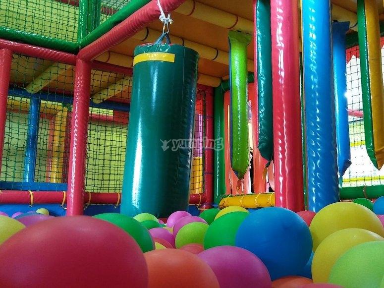 Juegos en piscina de bolas
