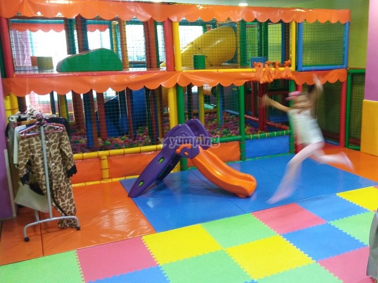 Diferentes juegos del parque infantil