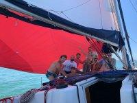 Amigos navegando en velero