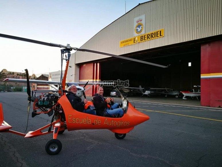 Autogiro junto al hangar