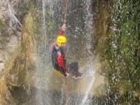 Rappel en plena cascada