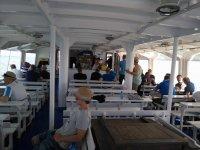 Interior del barco para ver delfines