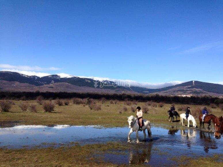 Clase y ruta a caballo en entorno natural de Buitrago