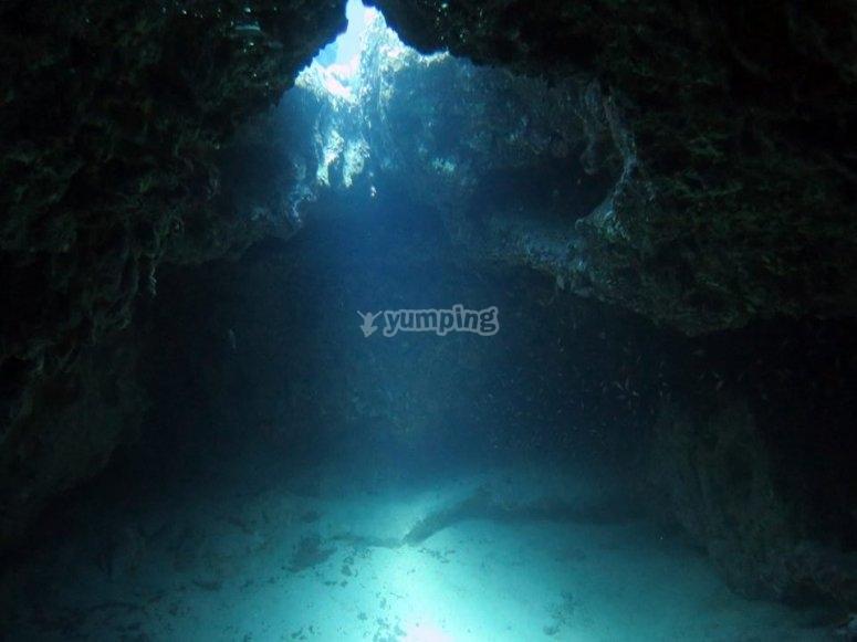 可以发现壮观的洞穴和洞穴