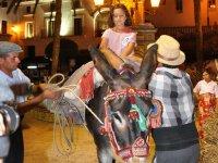 Joven montando en burro