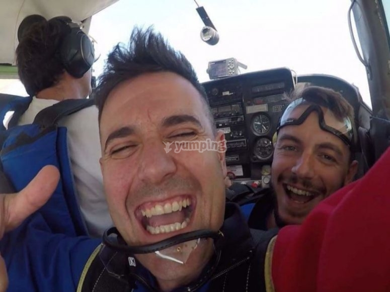 Dentro de la avioneta de paracaidismo