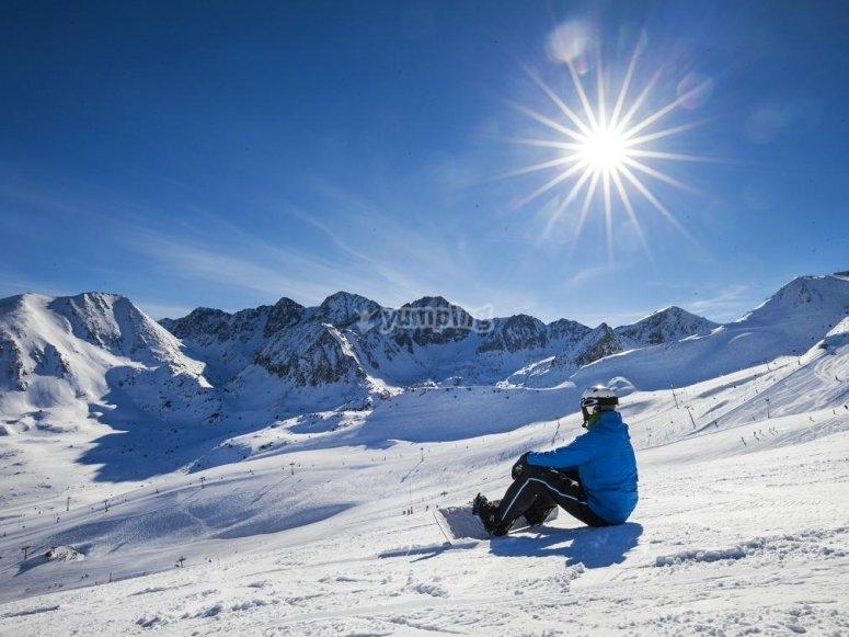 Con el snowboard sobre la nieve