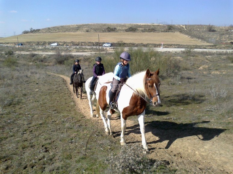 Jovenes durante la ruta a caballo