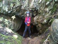 巴力的标志ONO下降进入洞穴