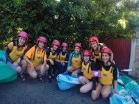 Grupo de amigas preparadas para descenso en piragua