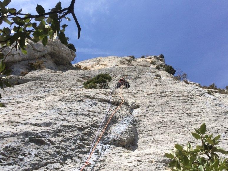 Salita in arrampicata con materiale incesario