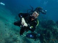 Operatore subacqueo che tiene le dita