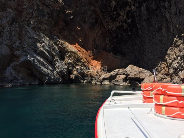 Barco junto a los acantilados