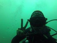 潜水员在做V