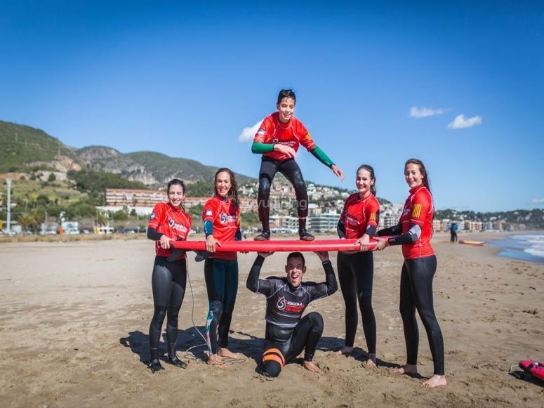 Chicos y chicas en campamento de surf en Castelldefels
