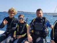 敬业精神和哈维亚年轻的潜水员和教练在哈维亚浮潜-999船潜水员在哈维亚